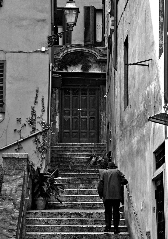Anziano che sale le scale - Roma - Architettura - fotografare l'architettura - fotografare la città - istanti in viaggio - fotografia in viaggio